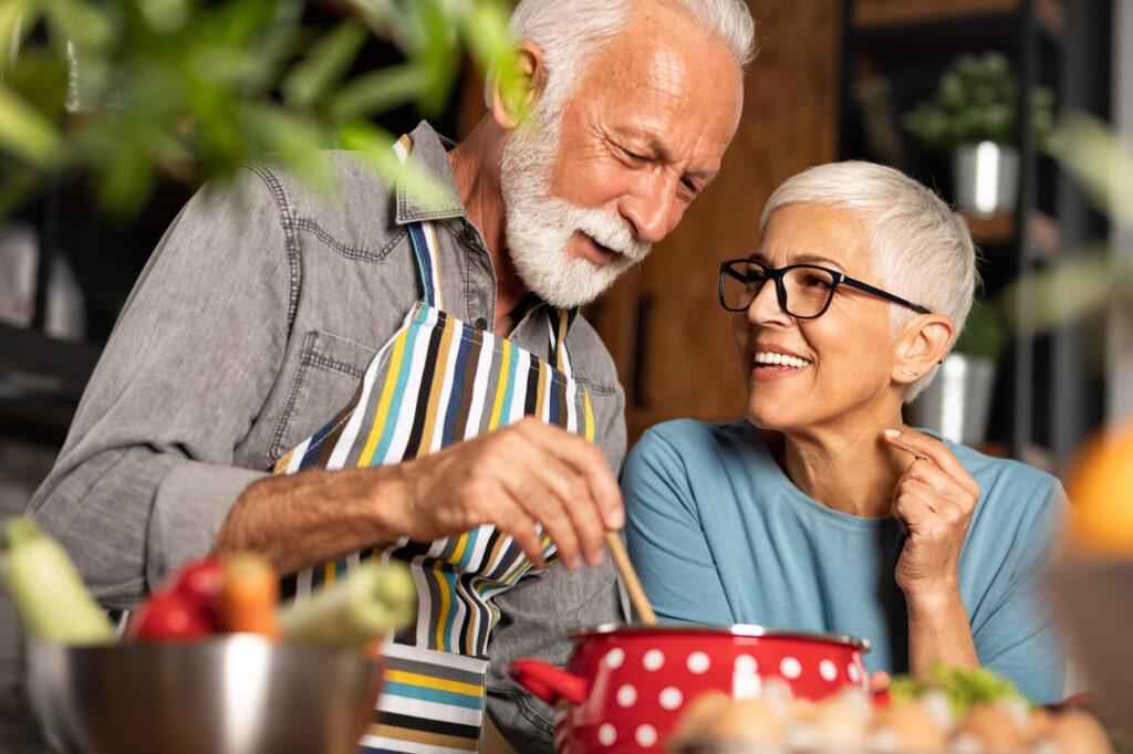 couple de plus de 60 ans prépare le dîner