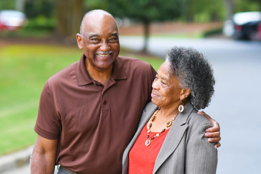 couple noir plus âgé à un rendez-vous