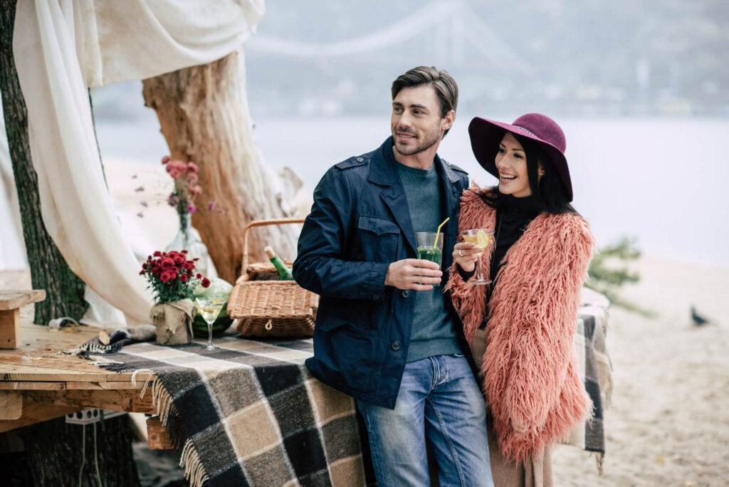 couple à un rendez-vous sur la plage