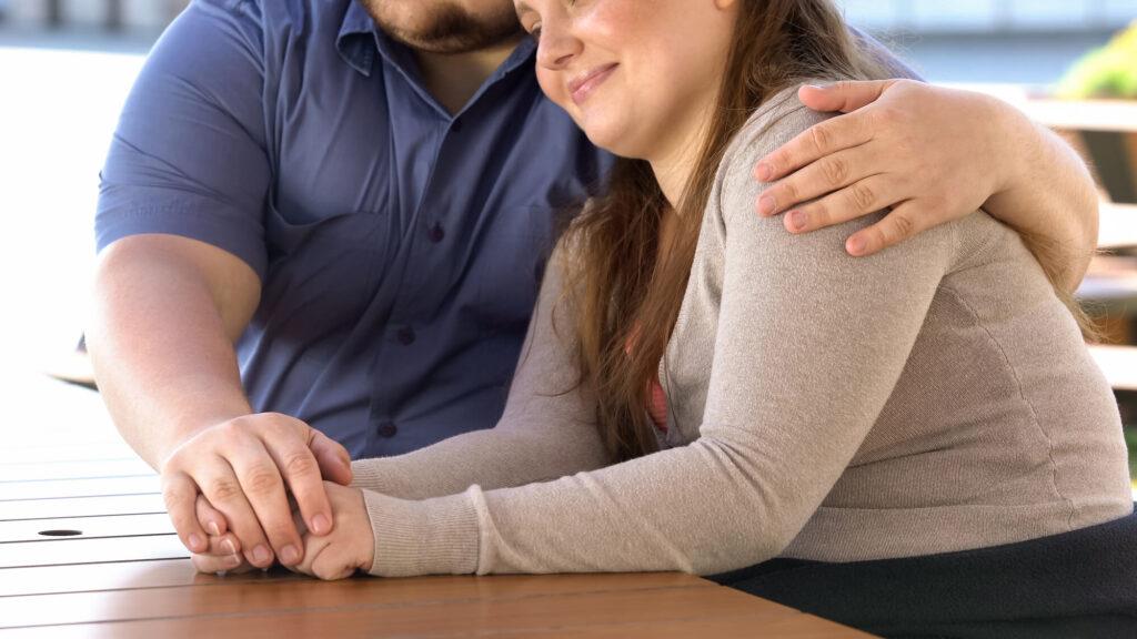 couple potelé à un rendez-vous