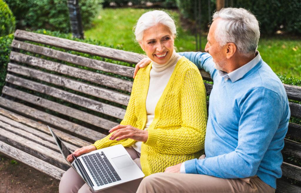 Couple de plus de 70 ans sur un banc