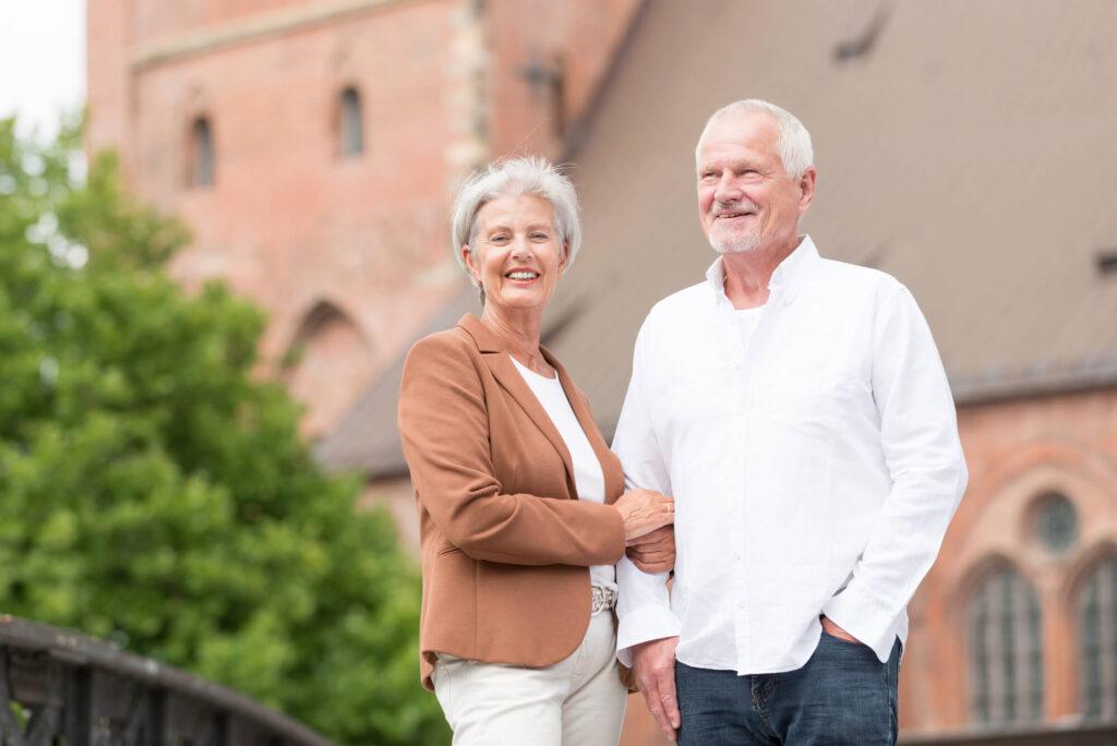 couple de personnes âgées à un rendez-vous